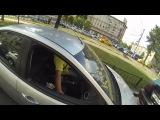 Мотоциклистка - мстительница наказывает водителей за мусор